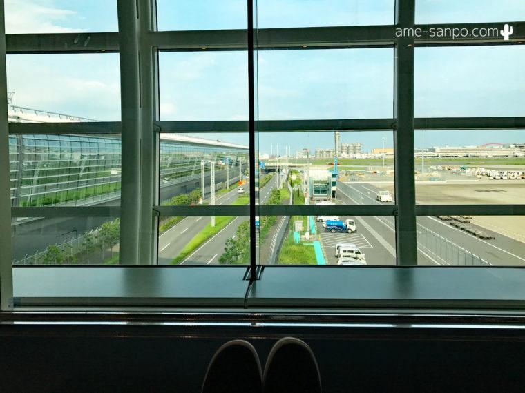 羽田出国後エリアのリクライニングチェア